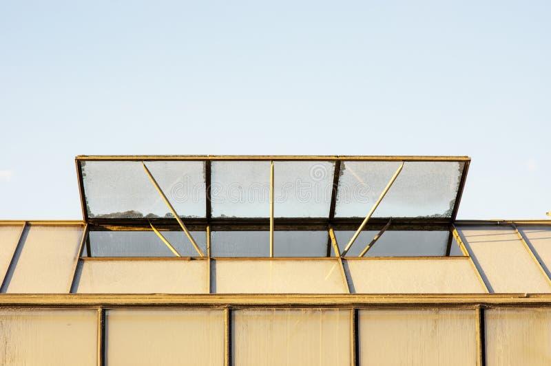 Dak van serre met open venster stock afbeelding
