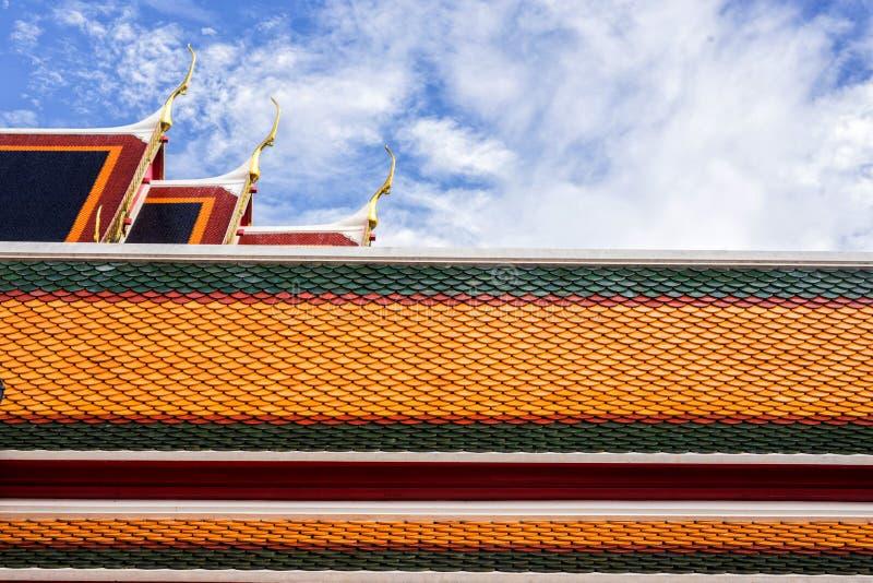 dak van Thaise tempel met geveltoptop stock afbeeldingen