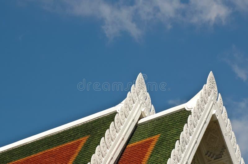 Dak van Thaise tempeldecoratie en blauwe hemel stock foto