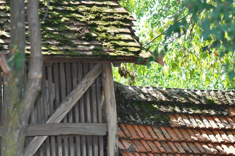Dak van verslechterd oud huis stock foto
