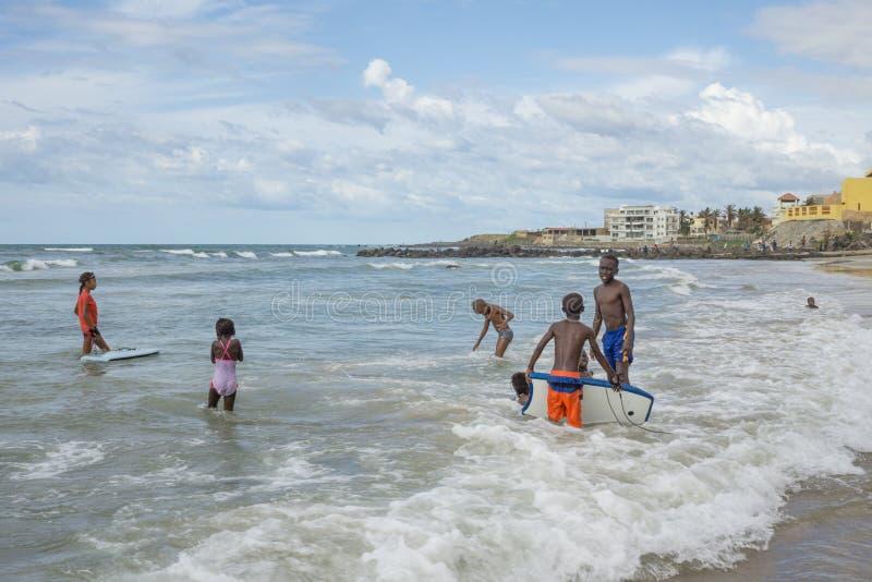 Dakar invånare som tycker sig om på stranden arkivbilder