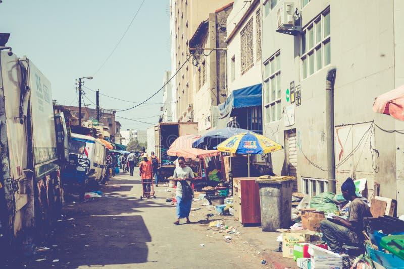DAKAR, SÉNÉGAL - 11 NOVEMBRE 2019 : Personnes travaillant et circulant dans la capitale sénégalaise Dakar, Afrique de l'Ouest image libre de droits