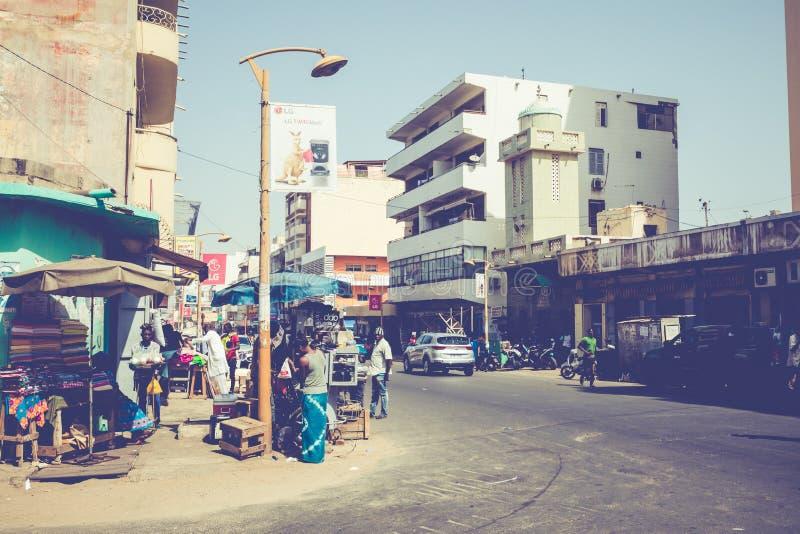 DAKAR, SÉNÉGAL - 11 NOVEMBRE 2019 : Personnes travaillant et circulant dans la capitale sénégalaise Dakar, Afrique de l'Ouest photos stock
