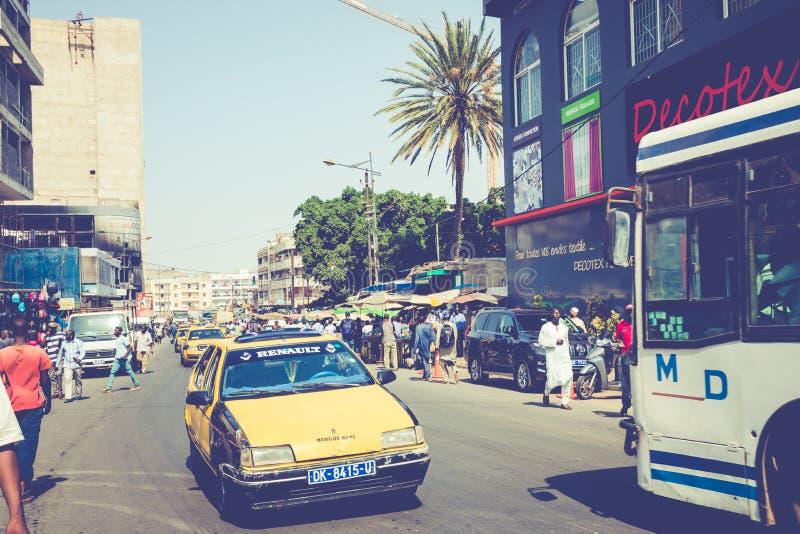 DAKAR, SÉNÉGAL - 11 NOVEMBRE 2019 : Personnes travaillant et circulant dans la capitale sénégalaise Dakar, Afrique de l'Ouest photographie stock libre de droits