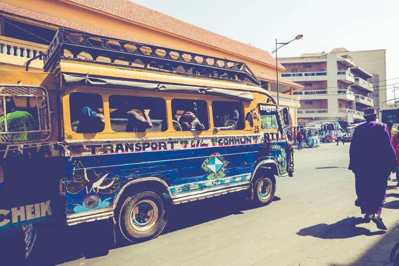 DAKAR, SÉNÉGAL - 11 NOVEMBRE 2019 : Personnes travaillant et circulant dans la capitale sénégalaise Dakar, Afrique de l'Ouest image stock