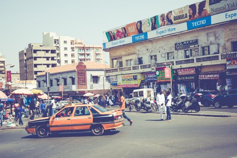 DAKAR, SÉNÉGAL - 11 NOVEMBRE 2019 : Personnes travaillant et circulant dans la capitale sénégalaise Dakar, Afrique de l'Ouest photographie stock