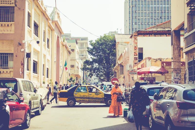 DAKAR, SÉNÉGAL - 11 NOVEMBRE 2019 : Personnes travaillant et circulant dans la capitale sénégalaise Dakar, Afrique de l'Ouest photo stock