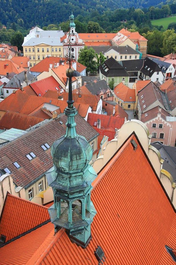 Dakbovenkant en mening van de kerktoren in Tabor, Tsjechische republiek stock foto