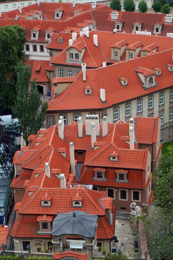Daken van de oude huizen van Praag stock foto
