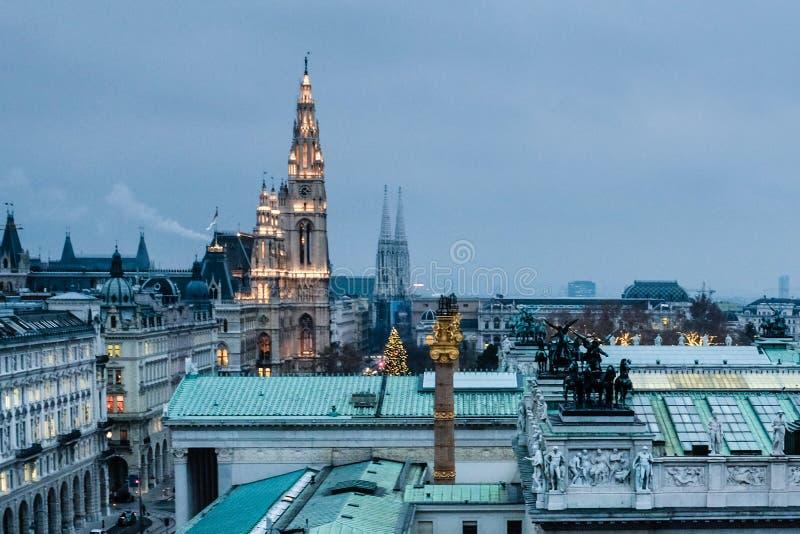 Daken van het Parlement en Rathaus van Wenen bij schemer royalty-vrije stock foto