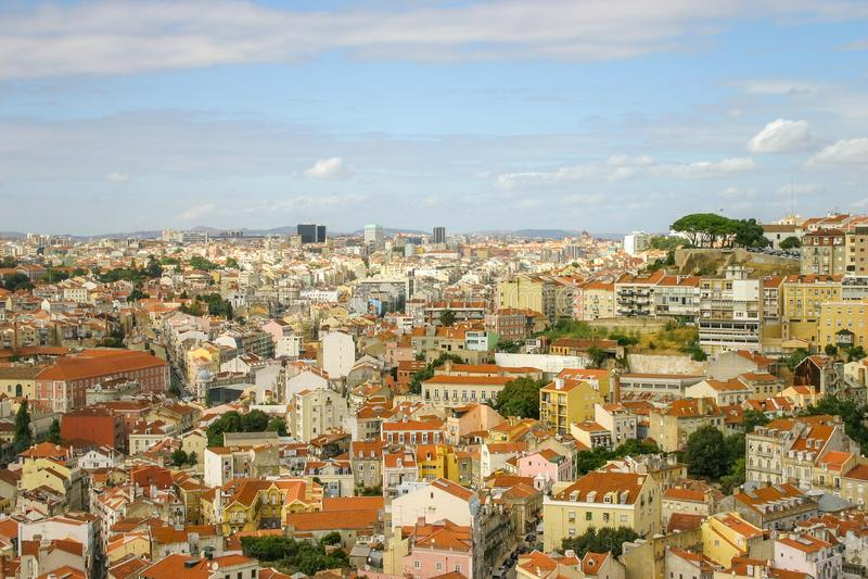 Daken van huizen, mening van Castello-Sao Jorge Lissabon, Portugal stock fotografie