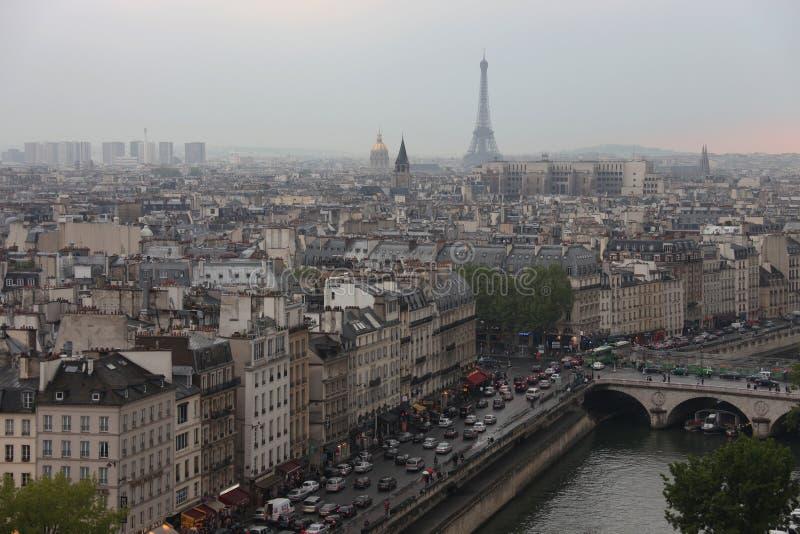 Daken van Parijs en de de torenmening van Eiffel van de klokketoren van Notre Dame royalty-vrije stock afbeelding