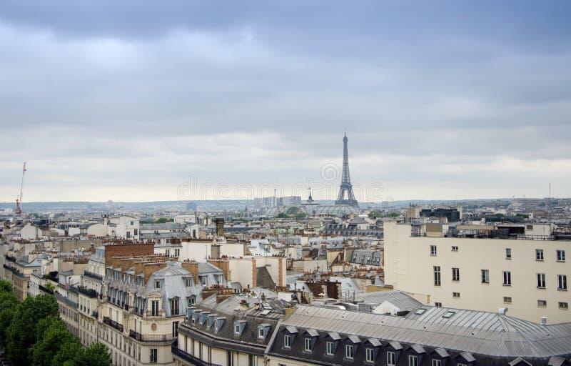 Daken van Parijs met de Toren van Eiffel op achtergrond stock fotografie