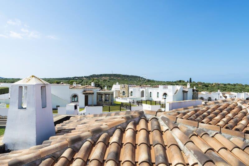 Daken van tegels in een urbanisatie van huizen, Sardinige stock afbeeldingen