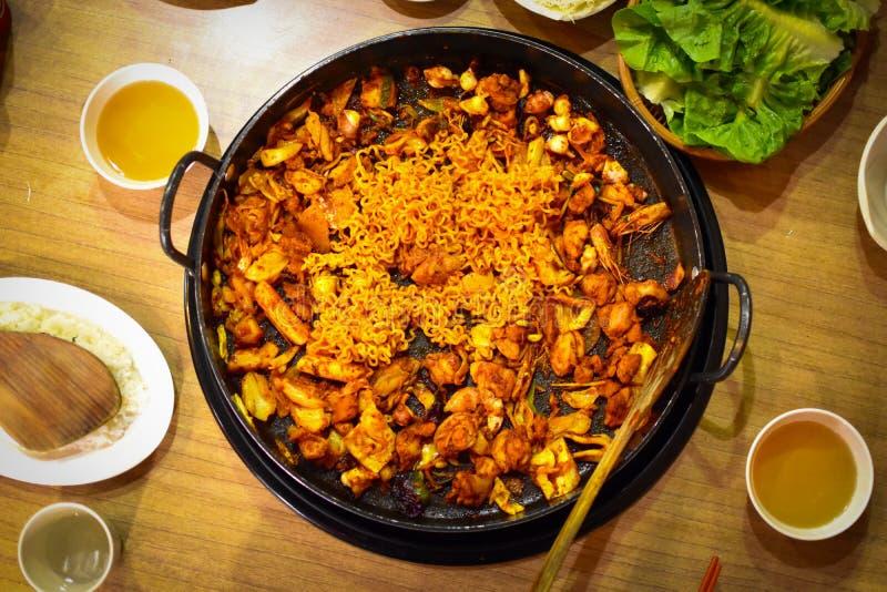 Download Dakgalbi или пряный зажаренный рецепт цыпленка и овощей Стоковое Фото - изображение насчитывающей тарелка, поздравление: 81812674