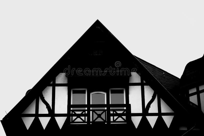 Dakgeveltop helft-Betimmerd huis stock foto's