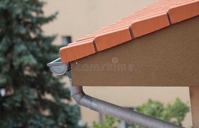 Dakgoot op dak stock afbeelding
