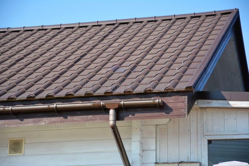 Dakgootsysteem Metaaldak met het plastic dak guttering stock fotografie