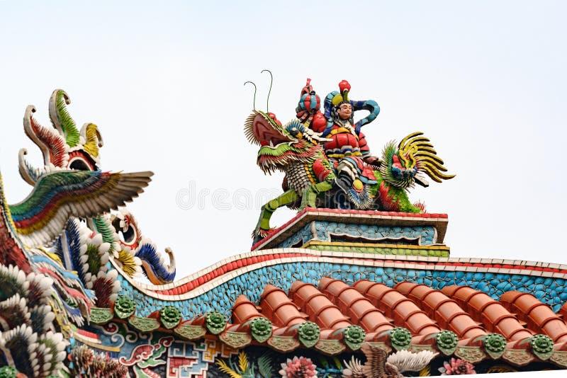 Dakkunstwerk, beeldhouwwerk van personenvervoer op draak op Longshan-Tempel, Taipeh, Taiwan royalty-vrije stock foto