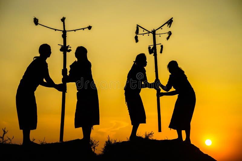 Daklak,越南- 2017年3月9日:埃德少数族裔人在他们的节日在日落期间进行传统舞蹈 剪影 免版税库存图片