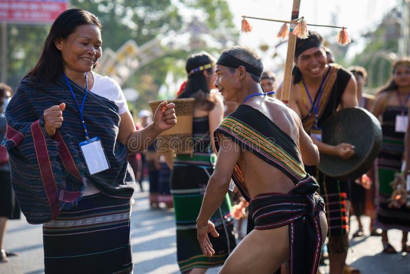 Daklak,越南- 2017年3月9日:越南少数族裔人民穿进行一个传统舞蹈的传统服装在e 免版税库存图片