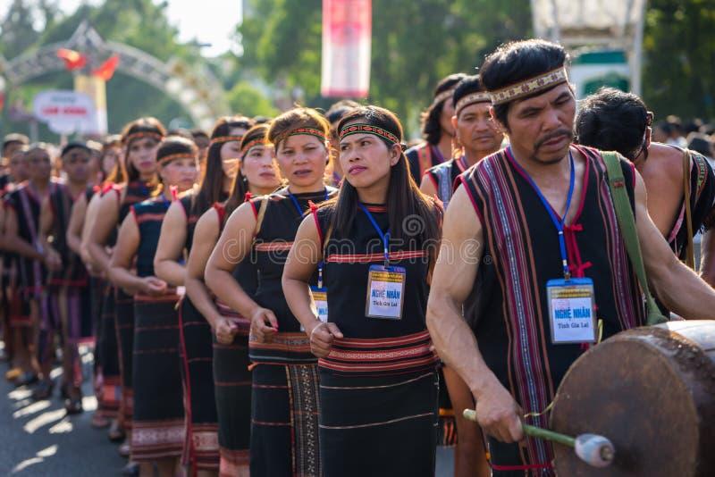 Daklak Vietnam - Mars 9, 2017: Det vietnamesiska folket för etnisk minoritet bär traditionella dräkter som utför en traditionell  arkivfoton