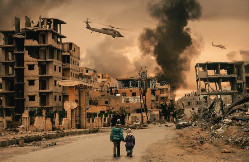 Dakloos meisje twee die in vernietigde stad lopen royalty-vrije stock afbeelding