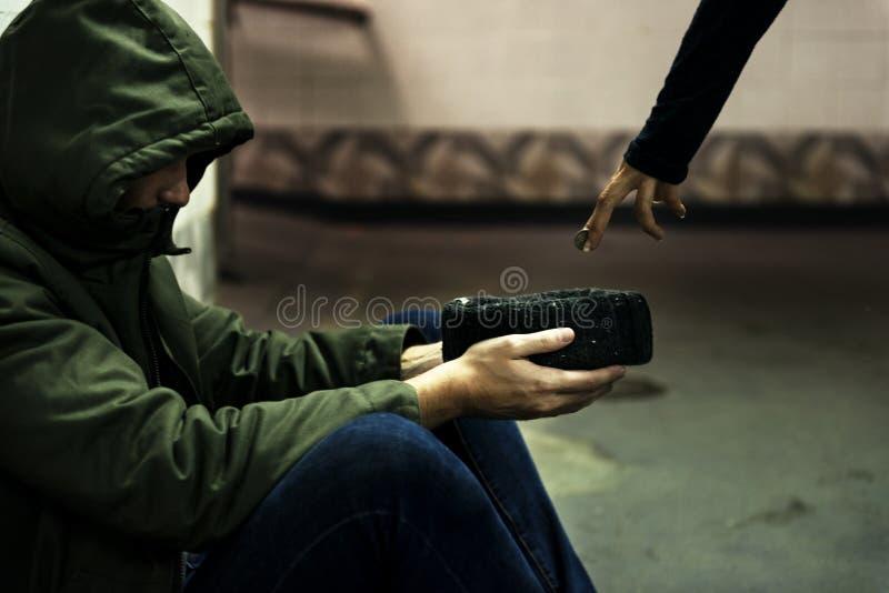 Dakloze Bedelaar Man Holding Hat die om Geldschenking vragen stock foto's