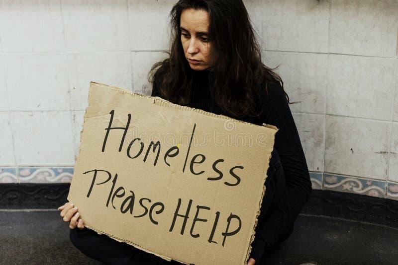 Dakloze Hongerige Vrouw die om Hulp vragen stock foto's