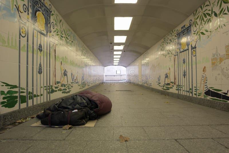 Dakloze mens in tunnel royalty-vrije stock afbeelding