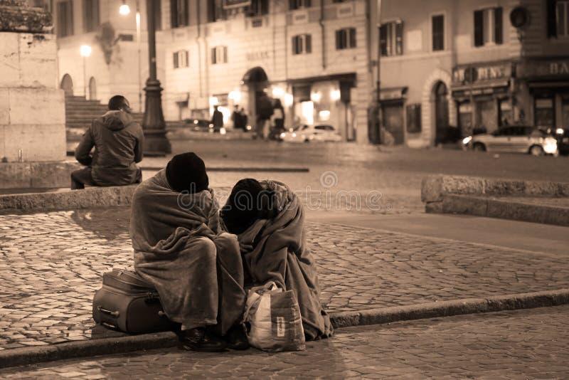 Dakloze mensen die op de straat in Rome, Italië slapen stock fotografie