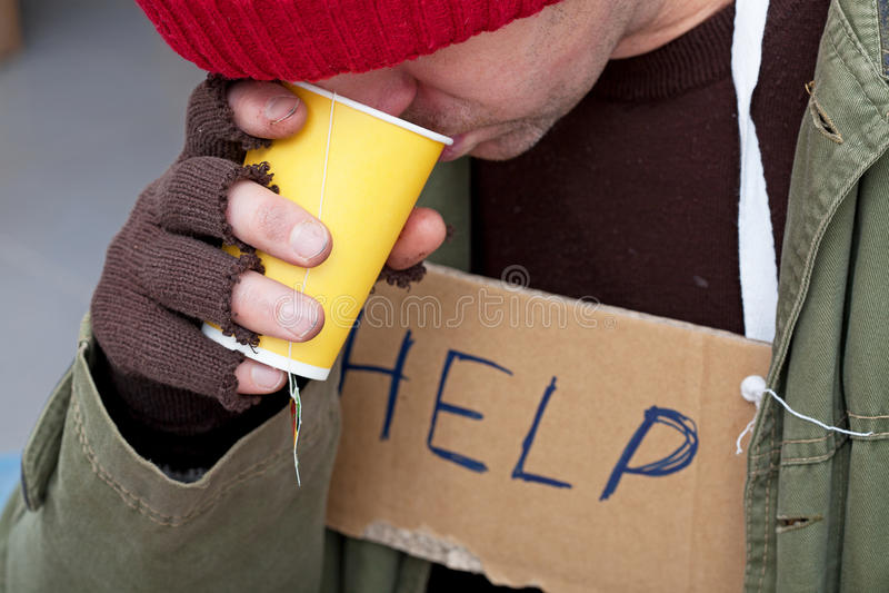 Dakloze mensen drinkig hete thee royalty-vrije stock foto