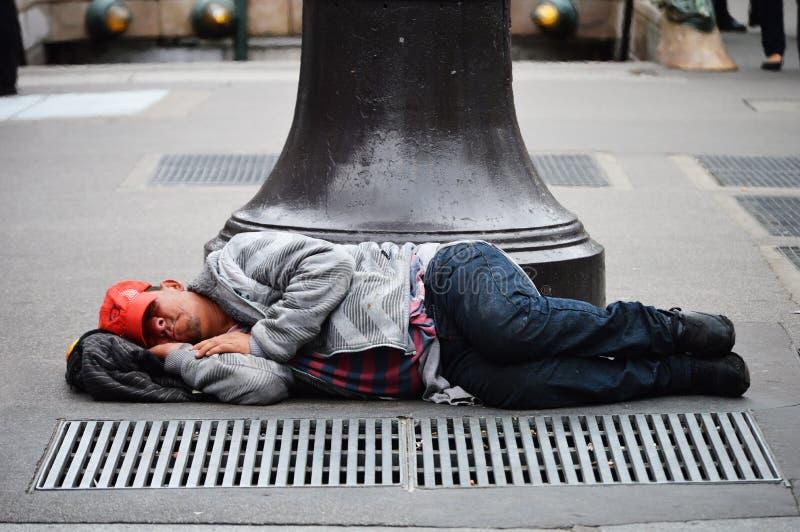 Dakloze mensenslaap op de straat in Parijs royalty-vrije stock afbeelding