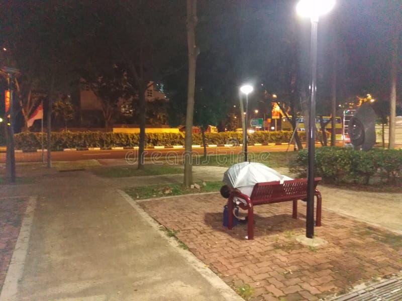 Dakloze mensenslaap in publiek stock afbeeldingen
