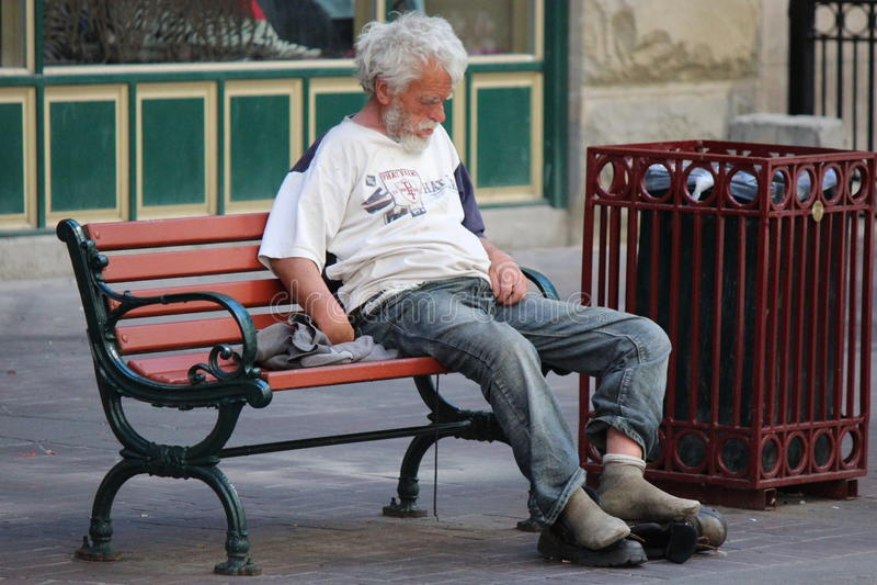Dakloze Mensenzitting op een Parkbank op Stephen Avenue in Calgary Alberta royalty-vrije stock afbeelding