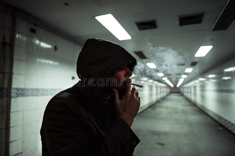 Dakloze Volwassen Vrouw het Roken Sigaretverslaving stock afbeelding
