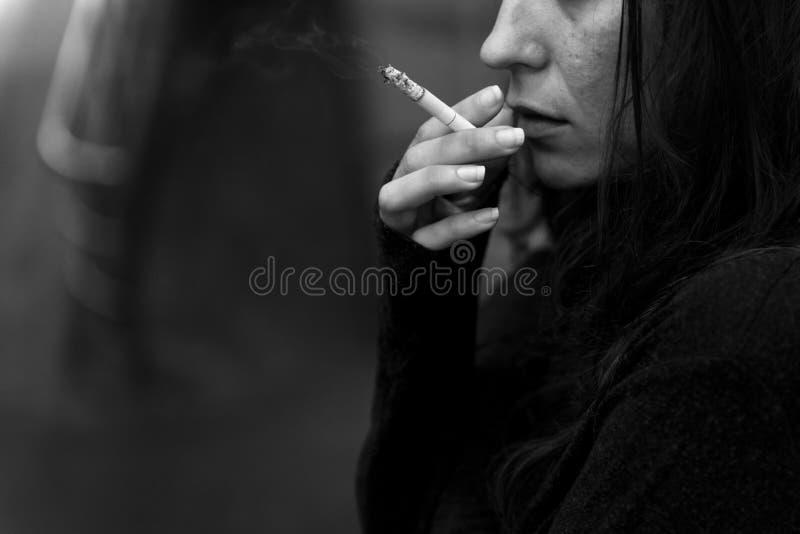 Dakloze Volwassen Vrouw het Roken Sigaretverslaving royalty-vrije stock afbeeldingen