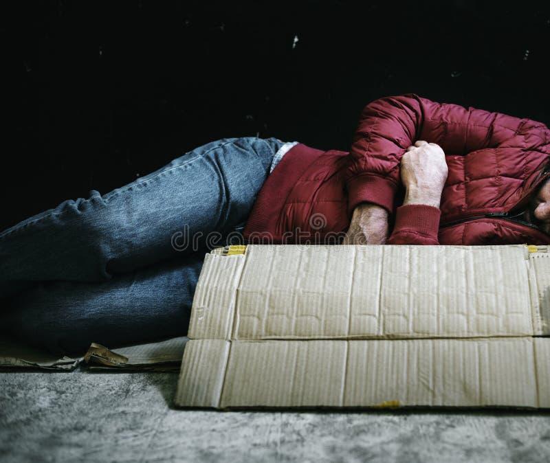 Enkelvoud, dakloze, Meervoud, daklozen, of drugs heeft geen onderdak is dakloos [Geslacht] is een man of een vrouw.