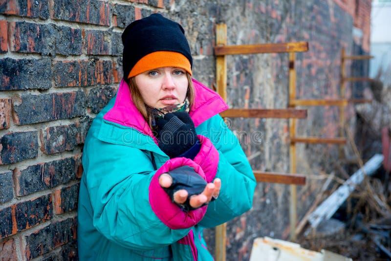 Dakloze vrouwenbedelaar stock afbeeldingen