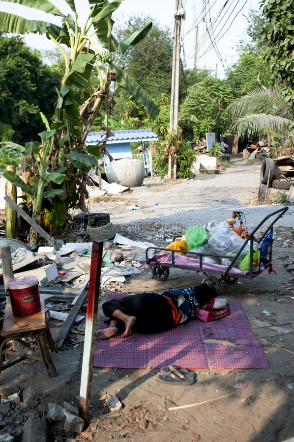 Dakloze vrouwenslaap in een straat van Bangkok royalty-vrije stock foto's