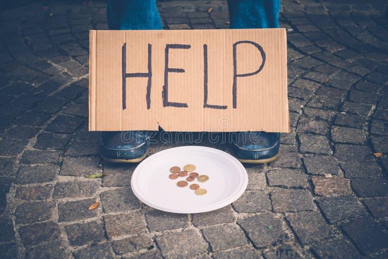 Daklozen die geld bedelen omdat armen stock afbeelding