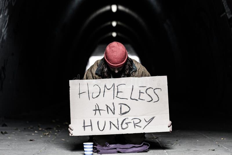 Daklozen en het hongerige persoon bedelen royalty-vrije stock fotografie