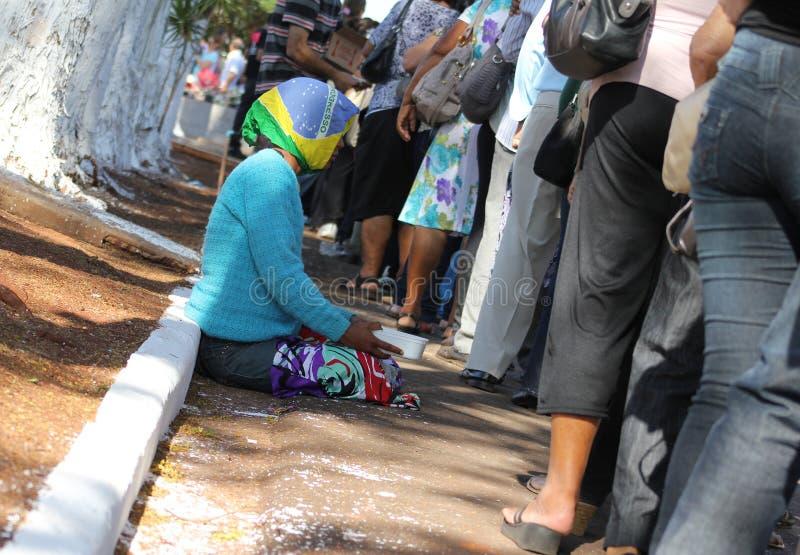 Daklozen met Braziliaanse vlag over het hoofd stock foto's