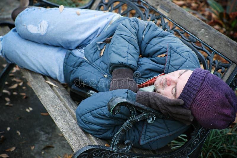 Daklozen op Parkbank royalty-vrije stock foto's
