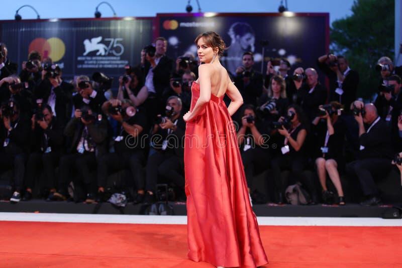 Dakota Johnson går den röda mattan royaltyfria bilder