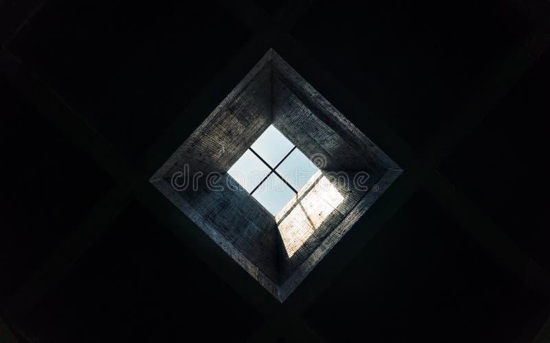 Dakraam in een donkere ruimte stock afbeeldingen
