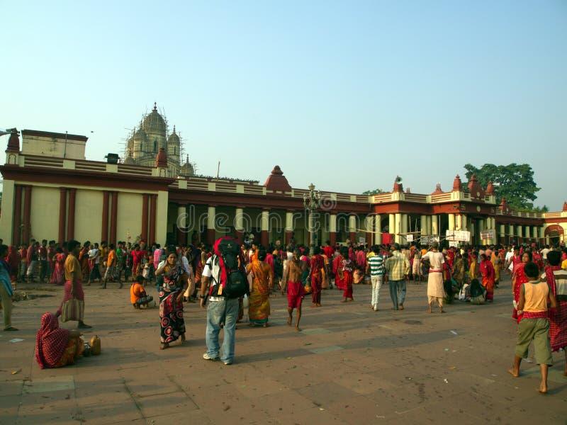 Dakshineswar Kali Temple och indiskt folk kommer att spela en helgedom royaltyfri foto