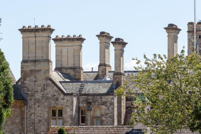 Dakstapels bij de middeleeuwse bouw Groot gotisch architecturaal dakdetail royalty-vrije stock fotografie