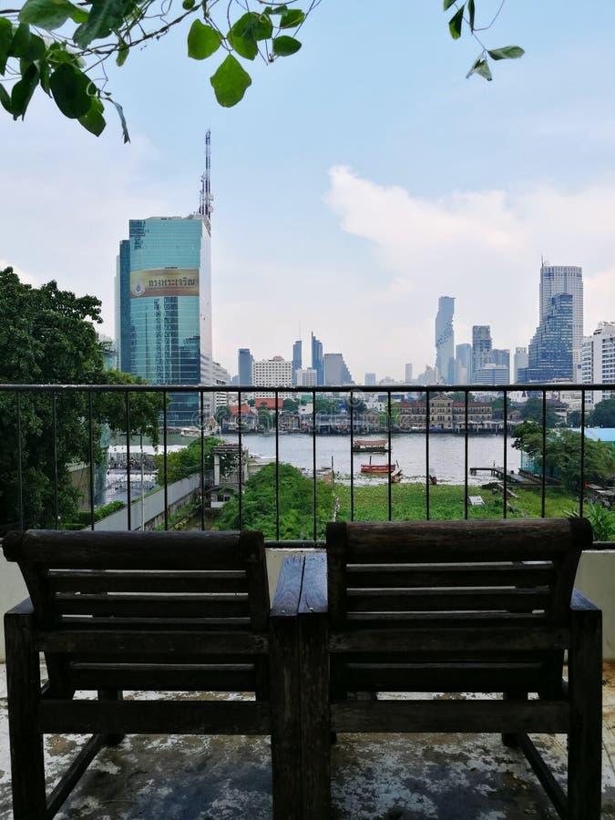 Dakstoel met de opvattingen van de Chao Phraya-rivier in Bangkok royalty-vrije stock afbeelding