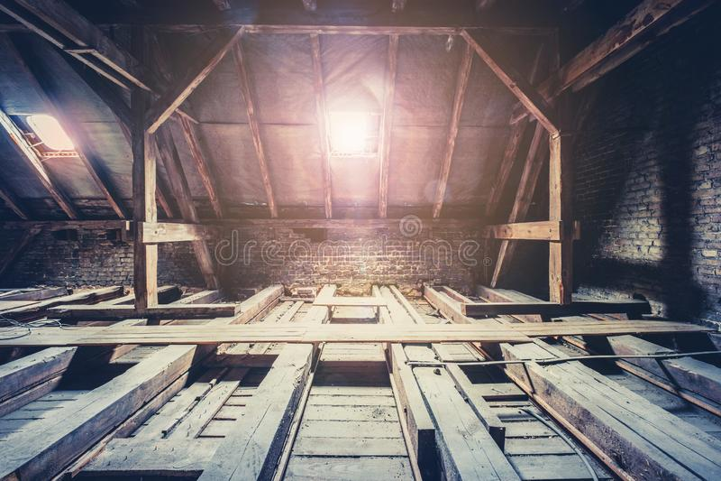 Dakstralen in zolder/zolder vóór vernieuwing/bouw stock foto